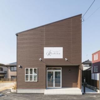 白を基調にナチュラル家具で明るい美容サロンを兼ね備えた明るい家|袖ヶ浦市|S様邸