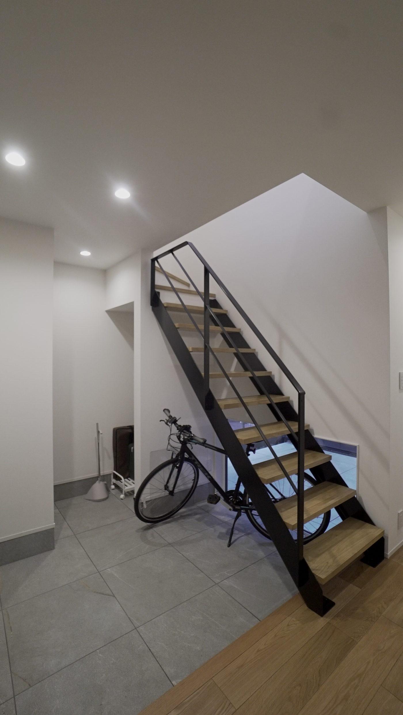 階段下の自転車収納スペースがある玄関